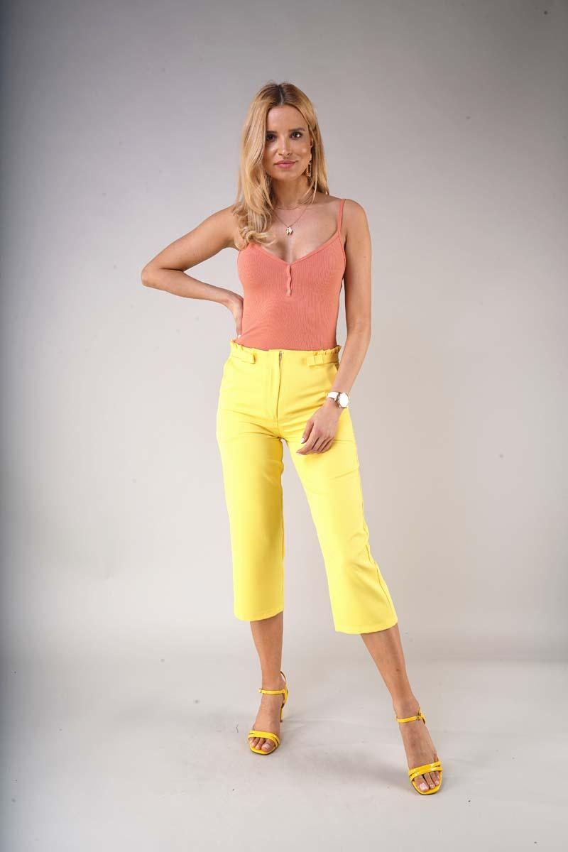Elegant knee-length trousers with a straight leg - Yellow